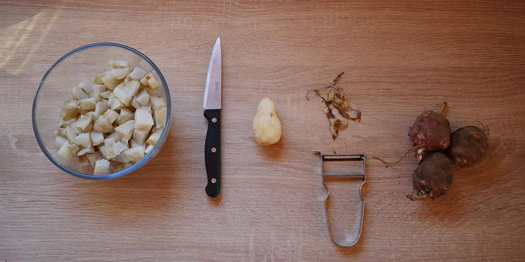 Préparation des topinambours en cuisine (épluchage et découpe)
